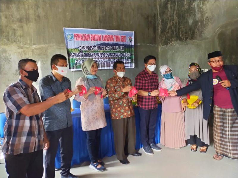 Wakil Bupati Bulukumba, Tomy Satria Yulianto didampingi Camat Gantarang dan kepala desa Bontonyeleng serahkan BLT Tahap IV secara simbolis, Sabtu (19/9/2020)