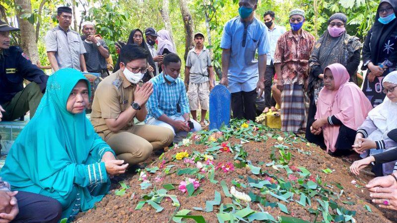Wakil Bupati Bulukumba Tomy Satria Yulianto menghadiri pemakaman almarhum kades Pangalloang, Asdar HC, Senin (21/9/2020).