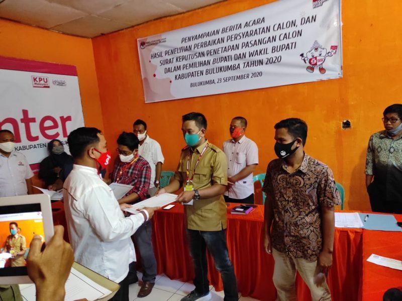 Komisioner KPU Bulukumba menyerahkan hasil penetapan Paslon ke LO masing-masing kandidat Pilkada Bulukumba, Rabu (23/9/2020).