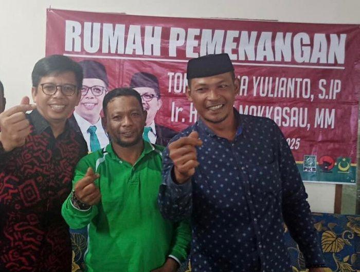 Kades Bonto Bulaeng (Tengah) foto bersama Petahana Wabup Bulukumba, Tomy Satria Yulianto