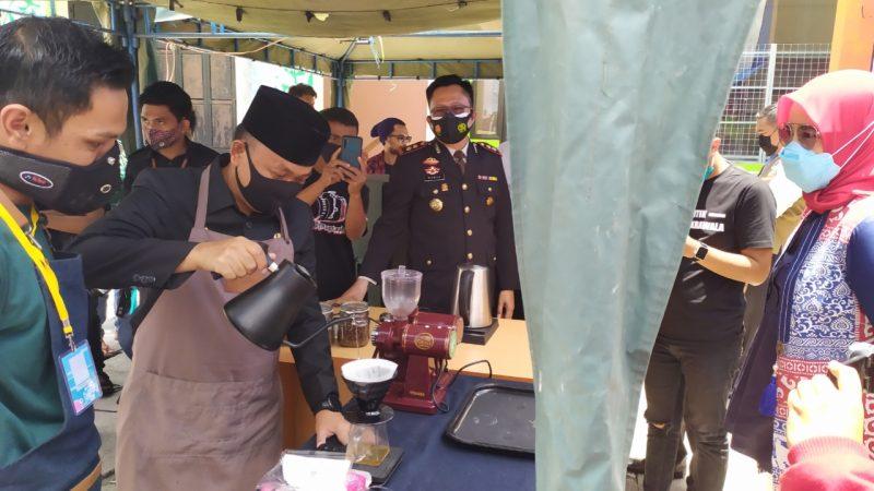 Bupati Bantaeng Ilham Azikin meracik kopi dalam peringatan hari kopi sedunia 2020, Kamis (1/9/2020).