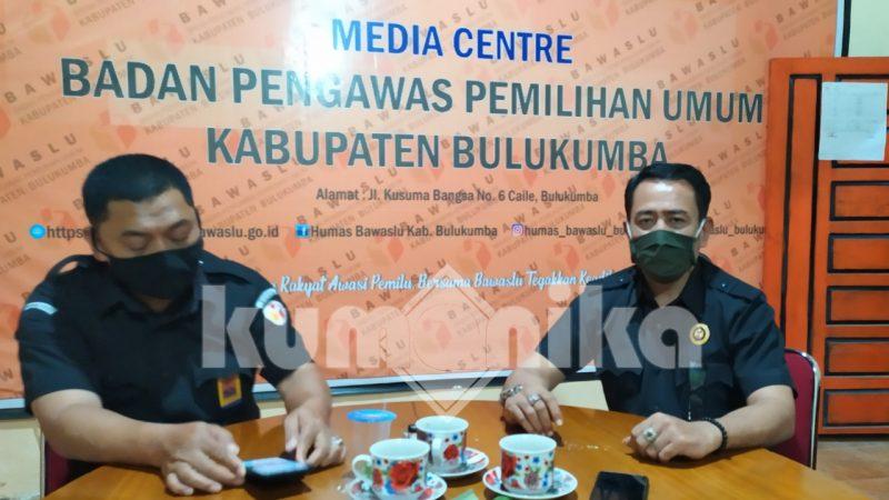 Ketua Bawaslu Bulukumba, Ambo Radde (kanan) [Doc. Kumanika.com]