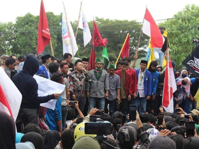 Ketua DPRD Bulukumba H Rijal saat menyampaikan penolakan UU Cipta Kerja dihadapan Ratusan Demonstran