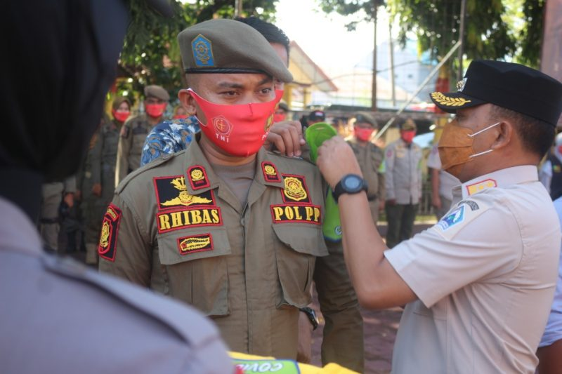 Bupati Bantaeng, DR Ilham Azikin saat melantikTim Penegakan Disiplin Protokol Kesehatan Kabupaten Bantaeng