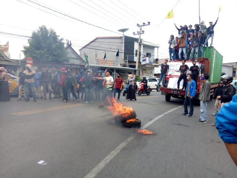 Mahasiswa Bulukumba gelar unjuk rasa tolak UU Cipta Kerja yang telah di sahkan di DPR RI