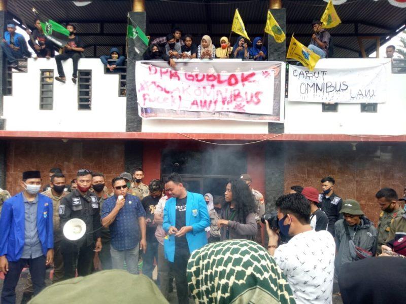 Legislator Fraksi PKB, Fahidin HDk menerima aspirasi puluhan mahasiswa yang menolak Omnibus Law, Rabu (7/10/2020)