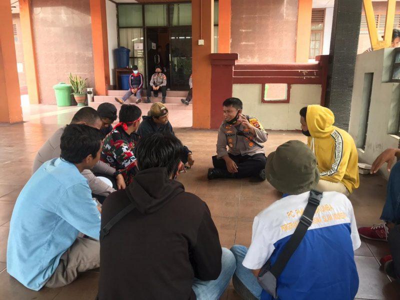 Kapolres Bulukumba, AKBP Gany Alamsyah Hatta saat berdiskusi dengan demonstran penolakan UU Omnibuslaw di DPRD Bulukumba, Kamis (8/10/2020)