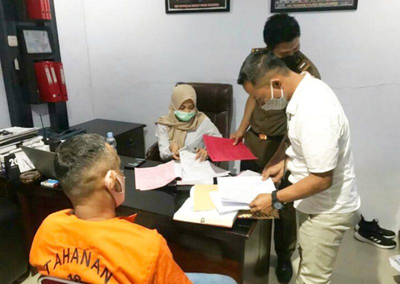 Kanit Tipidter Reskrim Polres Bulukumba, Aipda Ahmad Fatir (baju putih) saat menyerahkan tersangka kasus penipuan online.