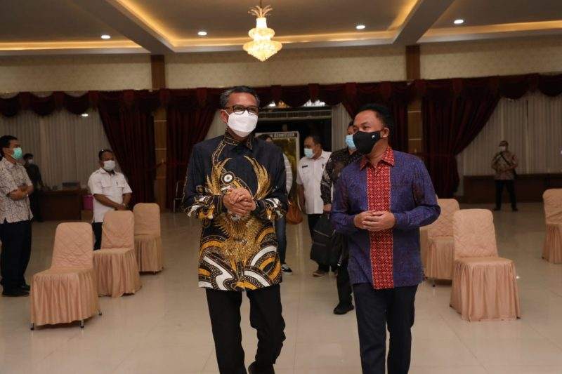 Gubernur Sulsel, HM Nurdin Abdullah bersama Bupati Bantaeng, Ilham Azikin