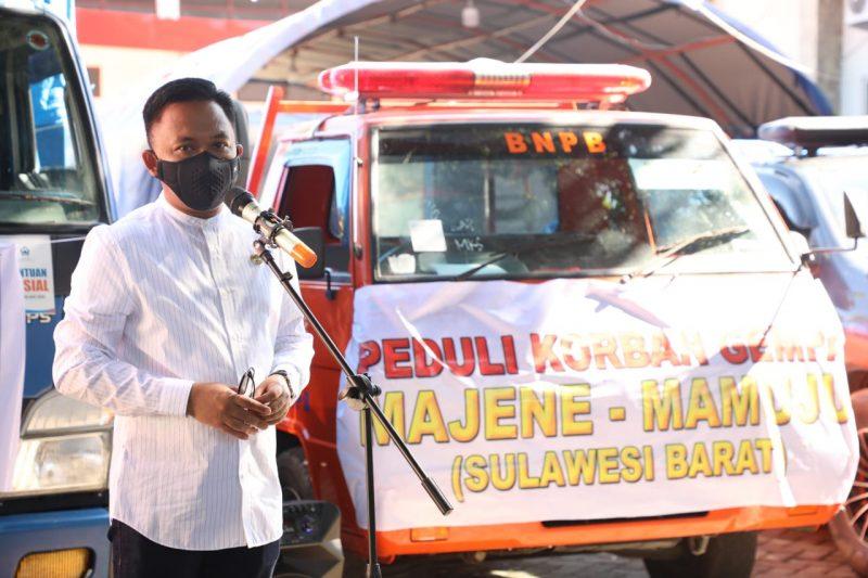 Bupati Bantaeng, Ilham Azikin melepas truck bantuan bencana Sulbar. (IST)