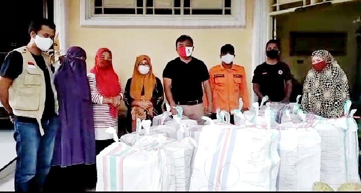 Komunitas 86 SMA Negeri 1 Bulukumba menyerahkan 15 karung bantuan kemanusiaan untuk korban gempa di Provinsi Sulawesi Barat. (IST)