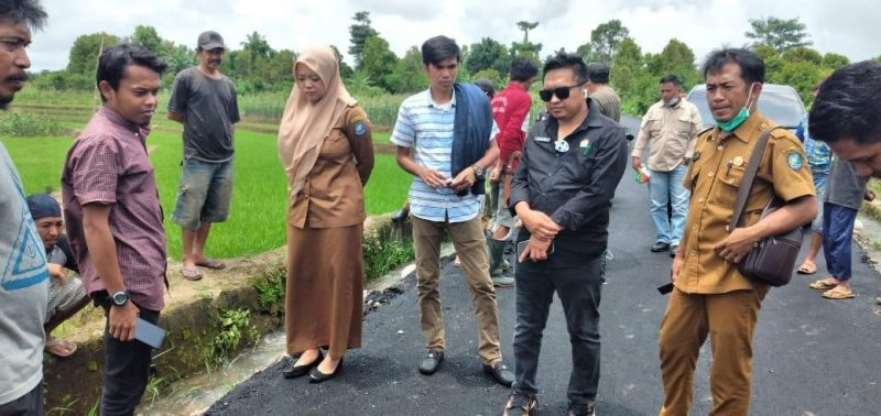 Ketua DPRD Bulukumba, H Rijal, Camat Gantarang, Andi Uke, memantau pengerjaan jalan yang di protes warga. (IST)