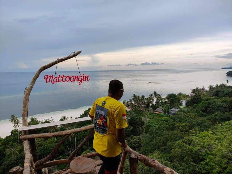Wisatawan lokal menikmati  keindahan tebing Mattoanging. (IST)