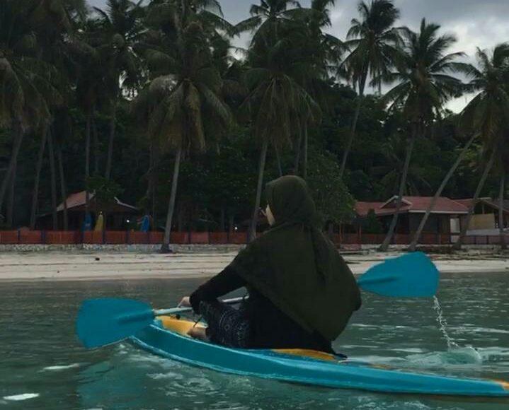 Wisatawan menikmati keindahan Pantai Panrang Luhu diatas Kano. (foto: Devi)