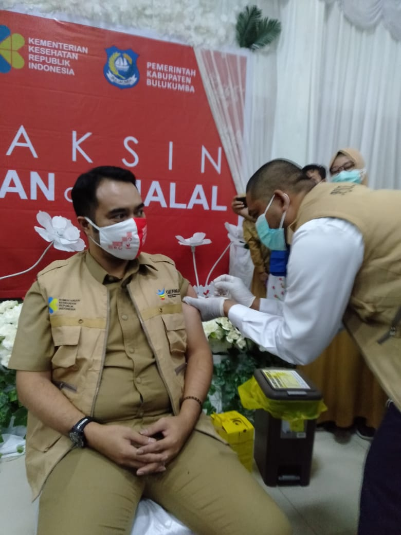 Plt Sekwan DPRD Bulukumba, Andi Buyung Saputra, menerima suntikan pertama vaksin Sinovac. (IST)
