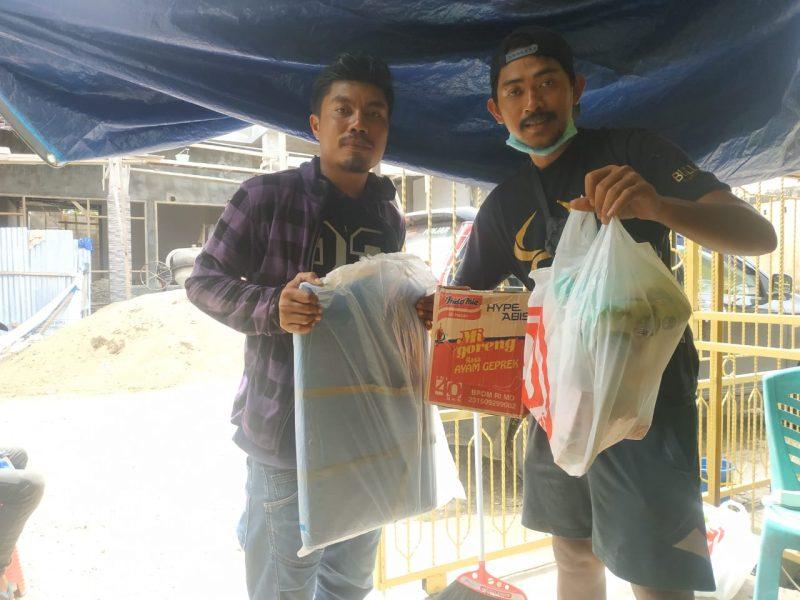Relawan Sulbar, Alwan bersama rekannya mendistirbusikan bantuan ke pengungsi. (IST)