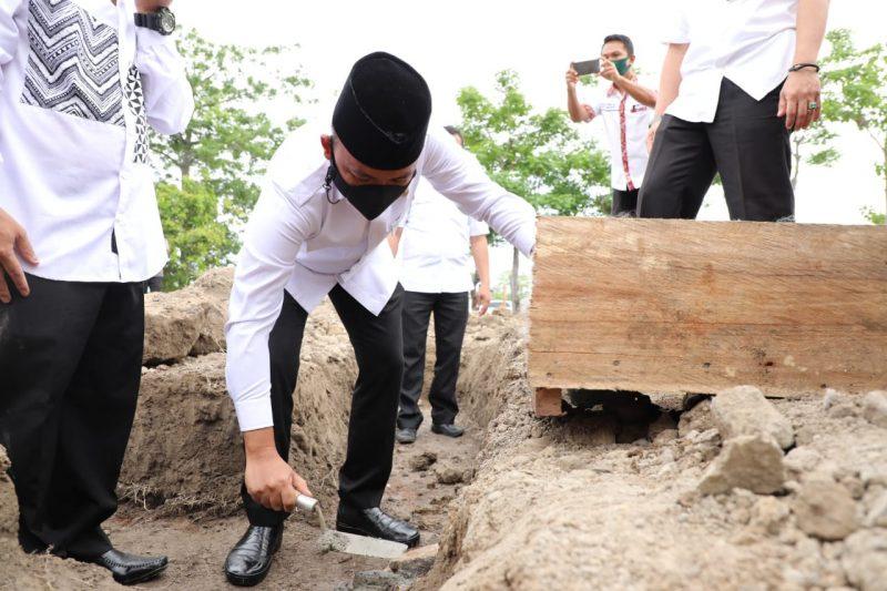Bupati Bantaeng, Ilham Azikin meletakan batu pertama pembangunan rumah Tahfidz Alquran di Desa Nipa-nipa. (IST)