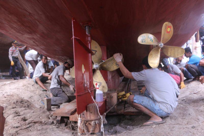Aktivitas pemasangan mesin pada kapal Pinisi. (foto:Devi)