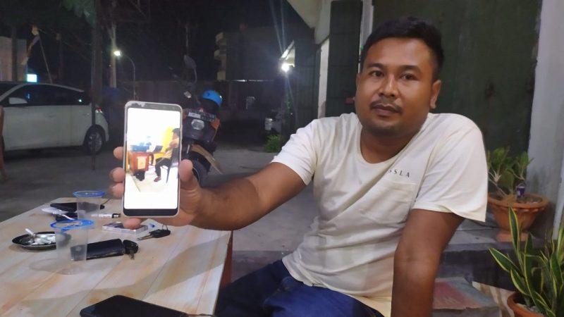 Ellis memperlihatkan foto saat Reza diamankan di Polsek Ujungloe. (IST)