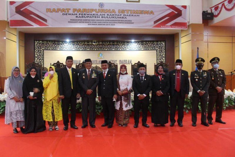 Kajari Bulukumba, Hartam Ediyanto (ujung kanan) saat foto bersama M Sabir usai pelantikan. (IST)