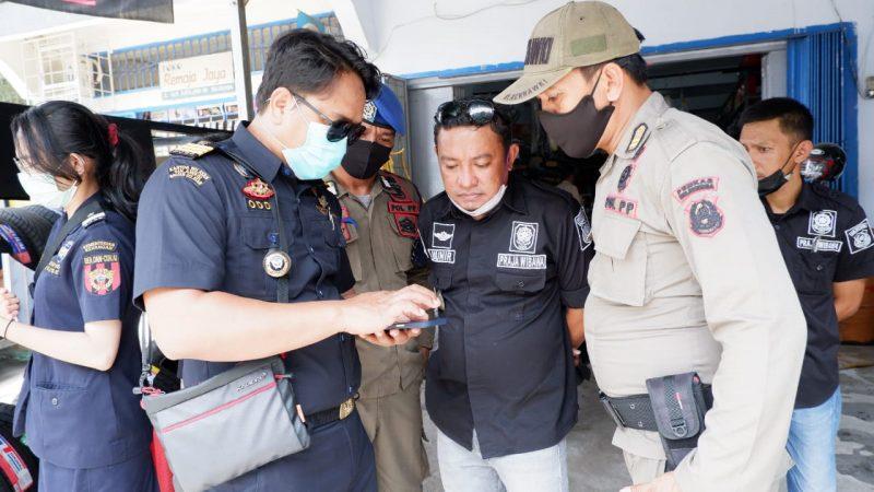 Tim Bea Cukai Makassar bersama Satpol PP Bulukumba saat melakukan operasi disejumlah toko di Kota Bulukumba. (IST)