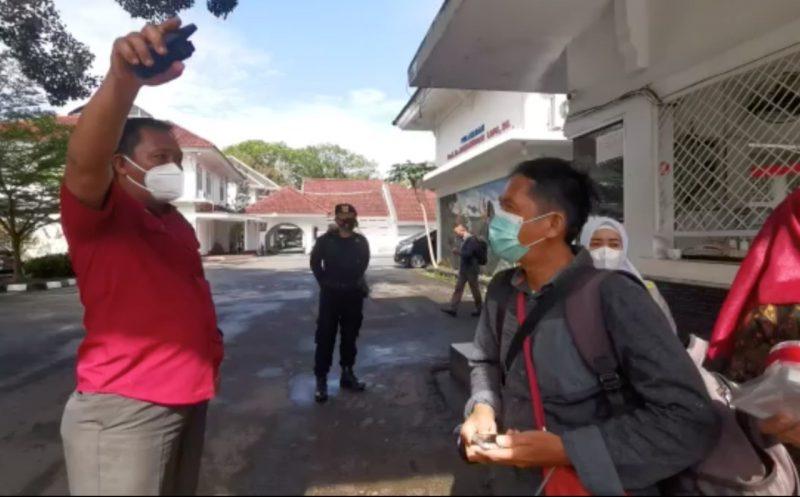 Perwata foto dihalau petugas jaga rumah dinas Gubernur Sulsel.