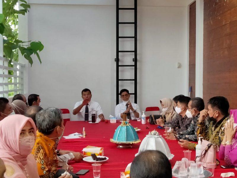 Bupati Bulukumba, Muchtar Ali Yusuf memipin rapat didampingi Wakil Bupati, Edy Manaf dan dihadiri seluruh pimpinan OPD.