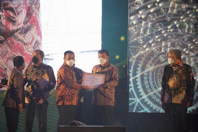 Bupati Bulukumba, Muchtar Ali Yusuf menerima penghargaan dari Plt Gubernur Sulsel, Sudirman Sulaiman