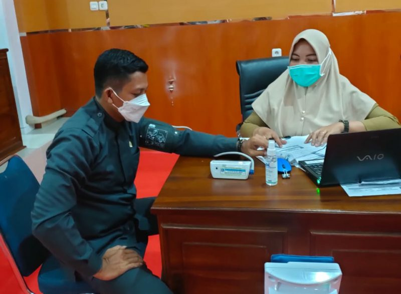 Anggota DPRD Bulukumba, Ismail Yusuf menjalani pemeriksaan kesehatan sebelum mendapatkan suntikan vaksin.