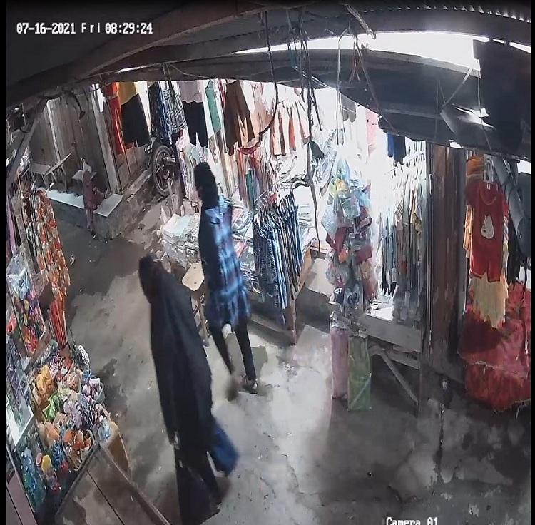 Potret CCTV yang memperlihatkan dua orang perempuan terduga pelaku pencurian di Pasar Sentral Bulukumba. Foto: Dokumentasi Istimewa