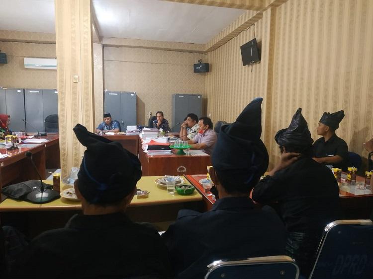 Masyarakat Adat Kajang mendatangi kantor Dewan Perwakilan Rakyat Daerah (DPRD) Bulukumba, Kamis, (19/8/ 2021). Foto: Hariza