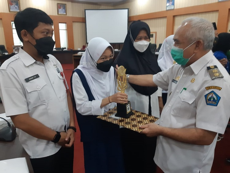 Pemerintah  Kabupaten Bantaeng menggelar acara penyerahan penghargaan, kepada siswa-siswi berprestasi di Ruang Pola Kantor Bupati Bantaeng, Rabu (25/8). Foto: Dokumentasi Istimewa