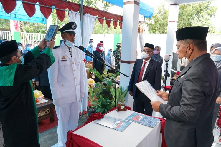 H. A. Muchtar Ali Yusuf saat mengambil sumpah serta melantik Kepala Desa Terpilih Antar Waktu, Rabu (15/9/2021). Foto: Dokumentasi Istimewa