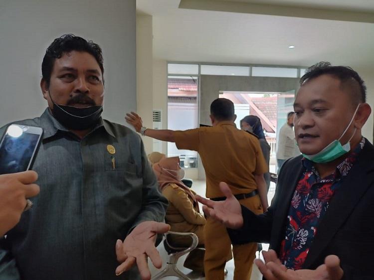 Udin Hamzah (kiri), Ketua Komisi C, didampingi Zulkifli Sayye (kanan) saat ditemui di Gedung DPRD, Senin (20/9/2021). Foto: IKM