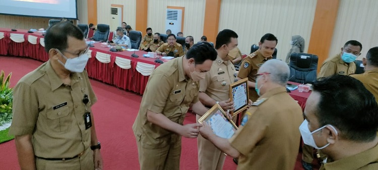 Penyerahan piagam penghargaan dalam Rapat Koordinasi Inovasi Daerah di Ruang Pola Kantor Bupati Bantaeng, Senin (20/09/2021). Foto: Dokumentasi Istimewa