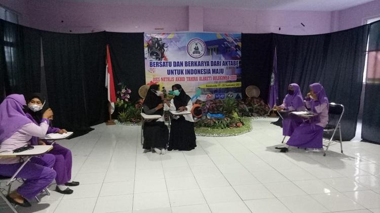 Para peserta debat bahasa Konjo dan Bugis yang terbagi dalam tiga kelompok pada pagelaran Dies Natalis Akbid Tahirah Albaeti Bulukumba ke-13 tahun. Foto: Dokumentasi Istimewa