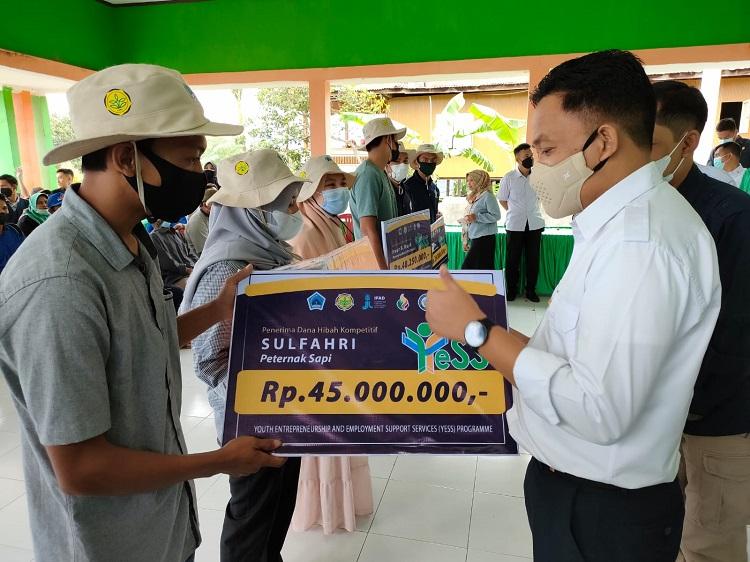 Ilham Azikin saat memberikan bantuan, dari program Youth Enterpreneur and Employment Support Services (YESS), kepada pemuda yang aktif dalam sektor pertanian dan perternakan di Bantaeng. Foto: Dokumentasi Istimewa