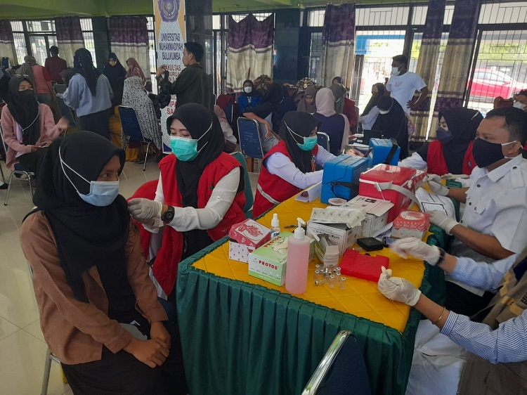 Pelaksanaan vaksinasi di Kampus 1 dan 2 UMB, Rabu (22/09/2021). Foto: ADI
