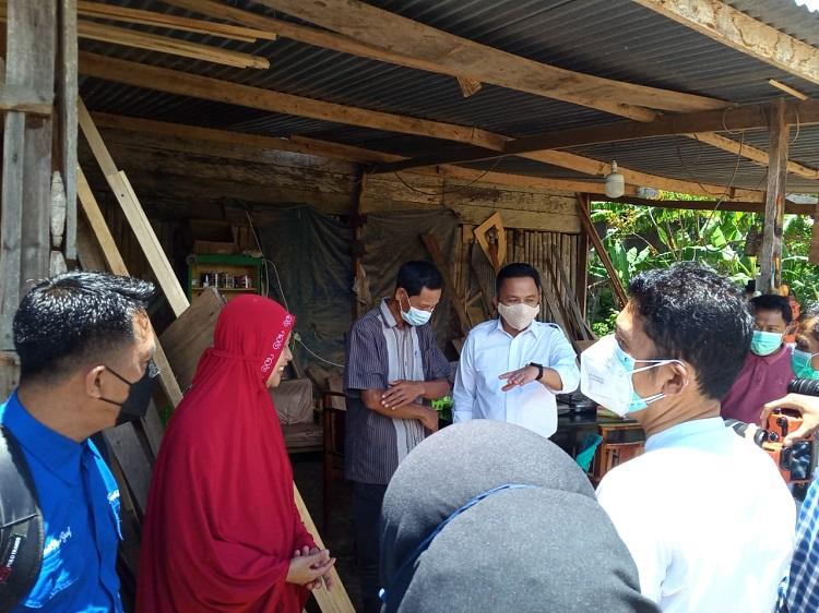 Ilham Syah Azikin dan rombongan saaat menemui pemilik usaha Meubel