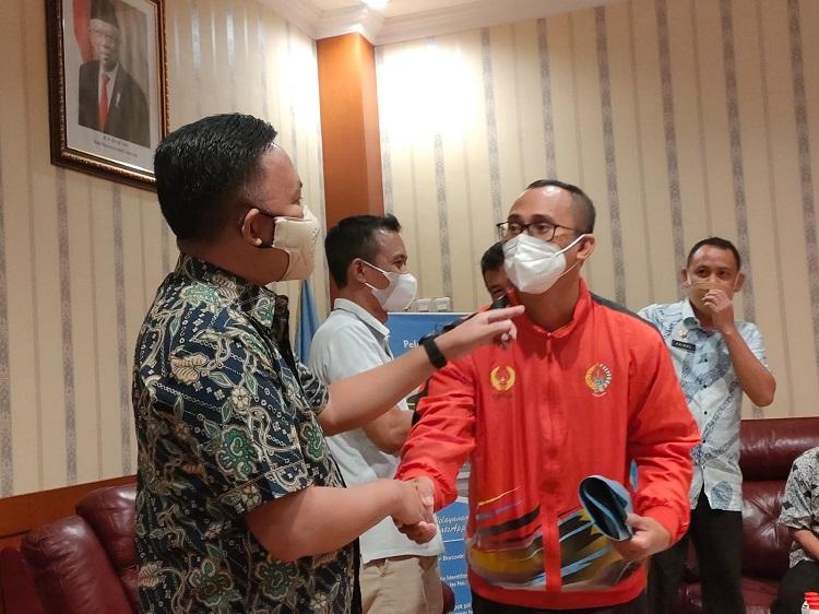 Prosesi pelepasan atlet Bantaeng yang akan mewakili Sulsel ke PON XX Papua 2021, di Ruang Pimpinan Kantor Bupati Bantaeng, Kamis (23/09/2021). Foto: Dokumentasi Istimewa