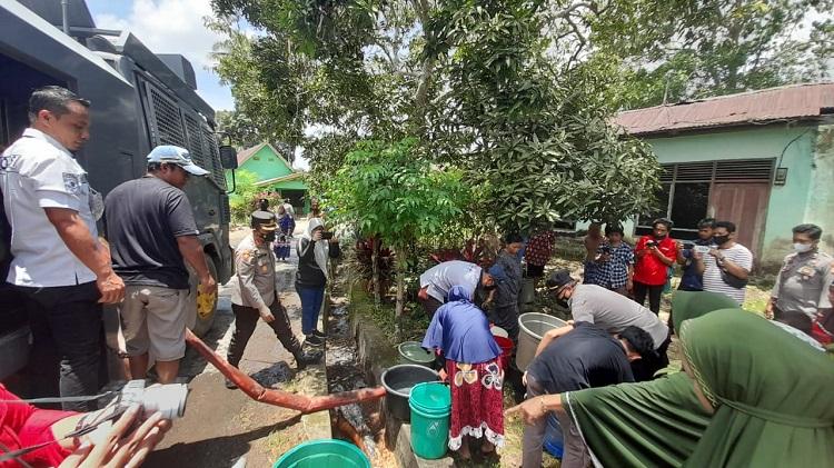 Polres Bulukumba Distribusikan Air Bersih Kepada Warga Bonto Bangun