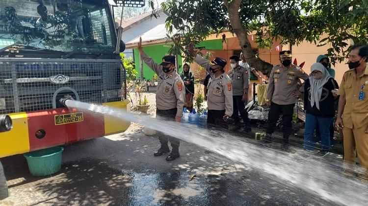 Polres Bulukumba Distribusikan Air Bersih Kepada Warga Bonto Bangun. Foto: ADI