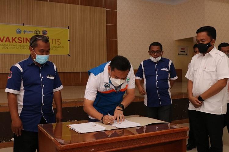Penandatanganan MoU antara Dinas Kesehatan Bantaeng dengan Ketua Umum Forum Jurnalis Bantaeng. Foto: Dokumentasi Istimewa