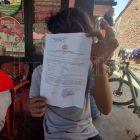 Pemukulan oleh OTK di A Mappanyuki, korban sedang menunjukkan bukti laporannya ke pihak berwajib. Foto: ADI